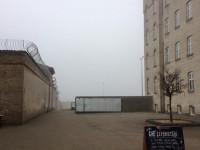 Fængselsgård i tåge
