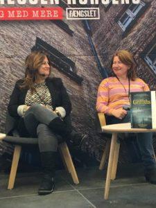 Elly Griffith (tv) og Belinda Bauer (th)