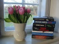 Tulipaner og bøger i vindueskarm